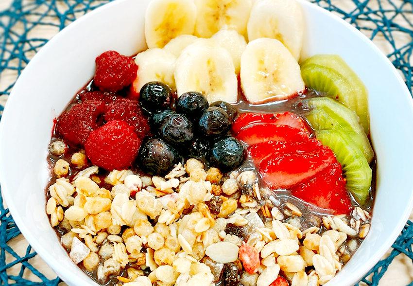 手軽に作れて栄養豊富「フルーツたっぷりアサイーボウル」のアイキャッチ